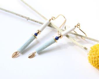 BOUCLES JUNE   cuirs bleu pâle suédé et blanc, lapis lazuli, plaqué or