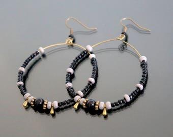 Large hoop earrings in black and gray pearls.