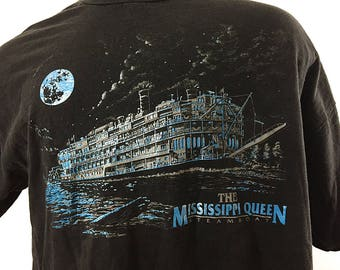 Mississippi Queen Graphic Tee / Riverboat T-shirt / Paddle Wheel Steam Boat Shirt / 100 Percent Cotton T-Shirt in Men's XXL / Vintage Tshirt