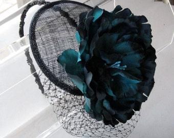 Grün und dunkelblau Blume Sinamay Fascinator Hut mit Schleier und schwarzen Perlen Stirnband für Partys, Hochzeiten, Brautjungfer