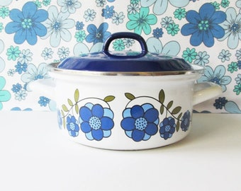 1970's Vintage Enamel Saucepan, Cooking Pot, with Blue Lid, Blue Daisy Flowers and green Leaves. Retro Kitchen, Kitsch, Gift Idea, Floral.