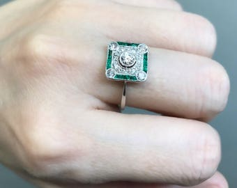 Art Deco diamond and emerald ring in platinum, from about 1925