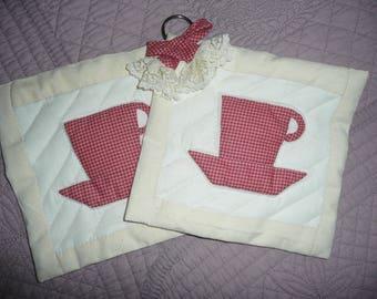 Duo de 2 MANIQUES ( potholder) décoratives façon Patchwork et dentelle , appliqué, matelassage motif de tasses,  fait main, potholder