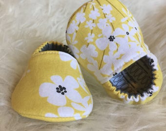 Baby Moccs: White Flowers Yellow / Baby Shoes / Baby Moccasins / Childrens Indoor Shoes / Vegan Moccs / Soft Soled Shoes / Montessori Shoes