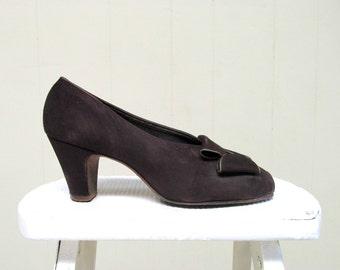 Vintage 1940s Shoes / 40s Brown Suede Peep Toe Pumps / 7.5 USA