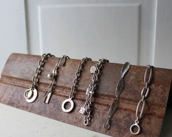 """Rusty Metal Bracelet affichage - patine rouillée de tuile de plafond en métal - présentoir à bijoux en métal - Antique - 12"""" longueur - quantité en stock"""