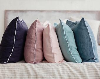 Linnen kussensloop met kleine pom poms. 12 kleuren: wit, natuurlijke, grijs, roze, blauw, woodrose, zand. Linnen kussensloop. Steen gewassen.