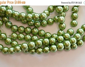30% off SALE 8mm, Green Glass Pearls, Glass Pearl Beads, 20 Beads, Pearlized, Round, Green, 8mm, hole: 1.5mm