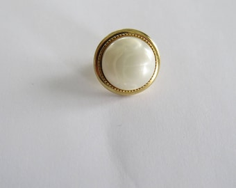 Cute button * vintage round white and gold