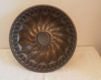 A beautiful French vintage tin baking mold
