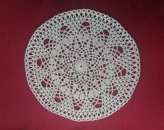 Handmade new. Doily ecru, round, made in crochet with cotton 22 cm diameter.