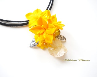 Pendant and earrings with yellow lilies