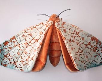 Zeder Geist-Motte - OOAK Textil Skulptur, weiche Skulptur, Wohnkultur, Stoff Motte, Stoff-Skulptur, Künstlerpuppe, Vintage.