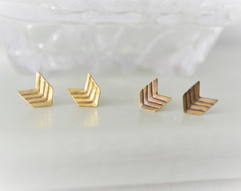 Lined III Chevron brass stud earrings, Geometric gold earrings, antique Gold Art Deco stud earrings, Minimalist earrings, Arrow earrings