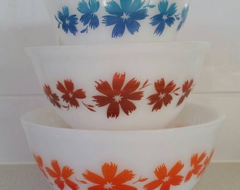 Beautiful complete set of 3 Agee Australian Pyrex Cape Tulip mixing bowls