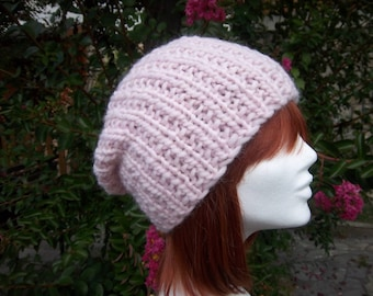 Hat made of natural wool (light pink).