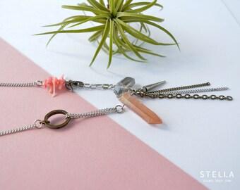 Collier pointes de quartz grise et saumon, spike et ovale d'étain, éclats de corail rose, chaîne en acier inoxydable. Collier quartz brut
