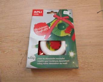 1 kit to make a Christmas wreath
