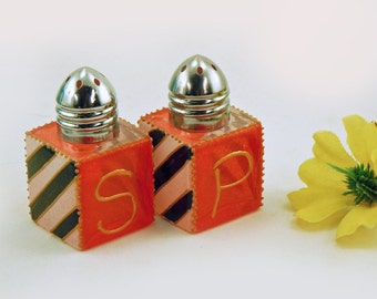 Mini salt and pepper shakers - Hand painted glass - Red, black and white