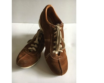"""Vintage Women's Bowling Shoes, Butterscotch Suede Lace Up,  9 1/5"""" Length, Beebe brand Hipster shoes, Retro Bowling shoes. Small Sport Shoes"""