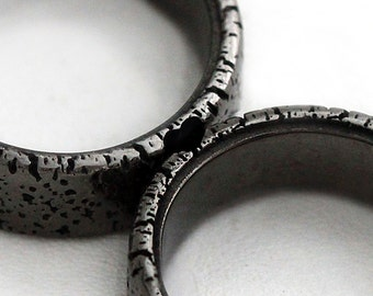 Unique Couple Rings, Black heart ring set, Black band for men, secret matching custom made wedding Bands, Promise ring, Textured bands set