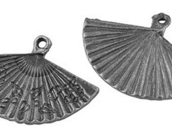 Lot de 2 breloques éventails à motifs en métal argenté antique 24x17mm
