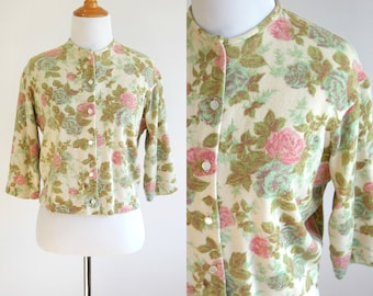 50s Rose Print Cropped Cardigan - Beige Pink and Green Floral Print - Quarter Sleeve Cropped Sweater - 1950s Cardigan - Size Medium Large