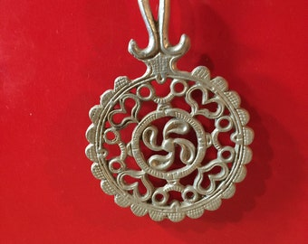 """Vintage Round Trivet Hearts and Swirls Aluminum with Feet and Handle 5 3/4"""" round and 9"""" Long"""