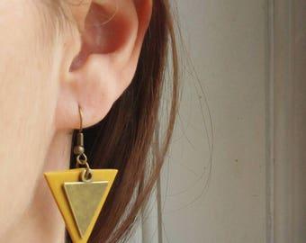 Boucles d'oreilles triangle jaune moutarde et breloque bronze