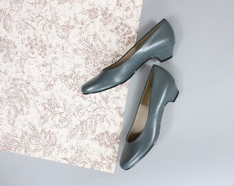 80s Blue-Gray Classic Vegan Pumps by Soft Style in Size 9N . Kitten Heel Pumps in Grey Blue . Comfort Classic Shoes