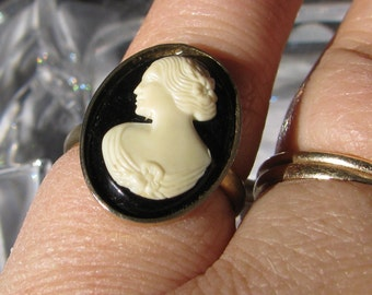 Retro SARAH COVENTRY Signed White on Black Cameo Ring,Oval, Adjustable, Vintage 1970's