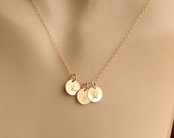Initiale de Charm Necklace, collier personnalisé, or Charms initiales en 14K or rempli, mère de mariée cadeau, cadeau de fête de mariage, cadeau de la mère