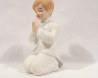 Enesco First Communion Boy Kneeling im Prayer