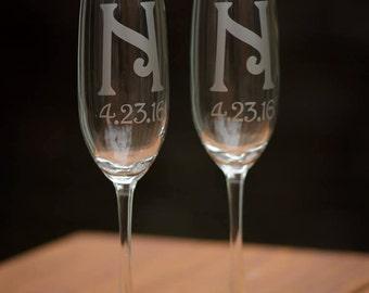 Custom wedding flutes, Monogram champagne glasses, personalized toasting flutes set of 2. Bride and Groom. Wedding gift, couples gift idea