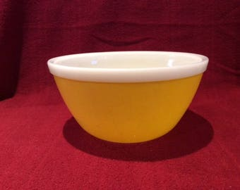 Pyrex JAJ Rainbows Yellow 1.5 Pint mixing bowl circa 1972