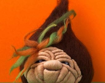 Castagna assonnata in lana cardata ad ago realizzata a mano.