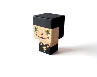 """Figurine cubique en bois décorative """"Calavera"""" noire et dorée - taille S"""