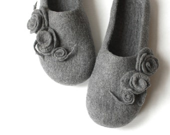 Women houseshoes, cute house slippers, valenki, bedroom slippers, grey slippers with flowers, merino wool clogs, bride slippers, wet felted