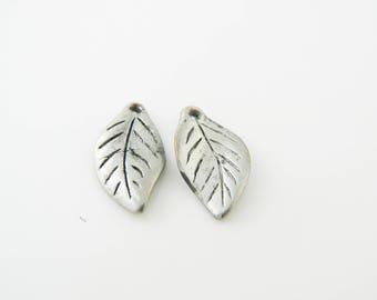 2 x charm leaf 20mm (l372)