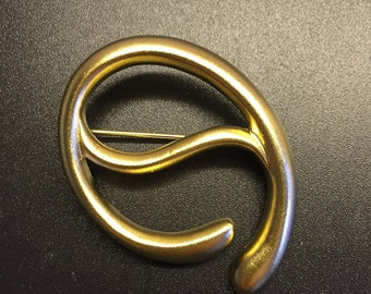 Contemporary Frosted Gold Wrap Trap Scarf Clip
