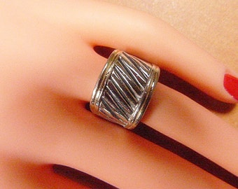 Vintage Silver and Black Ribbed Ring -- Size 5 - R-282