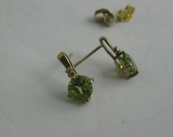 Ohrstecker aus Gelbgold 333 mit Peridot und Diamant. VINTAGE Ohrschmuck