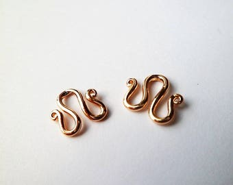 Clasp in the shape of M, in gold plated