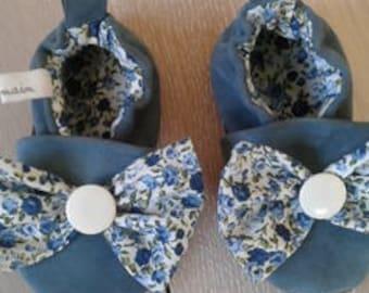 Chaussons bébé - cuir souple retourné - couleur bleu - doublure coton fleuri bleu et blanc - longueur 12 cm - fait main