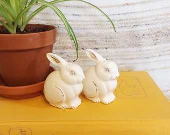 1960 bunny salt and pepper shakers/vintage collectible rabbit salt and pepper