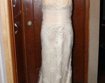 Gorgeous Vintage Ivory Lace Gown, Size 12....Free Shipping
