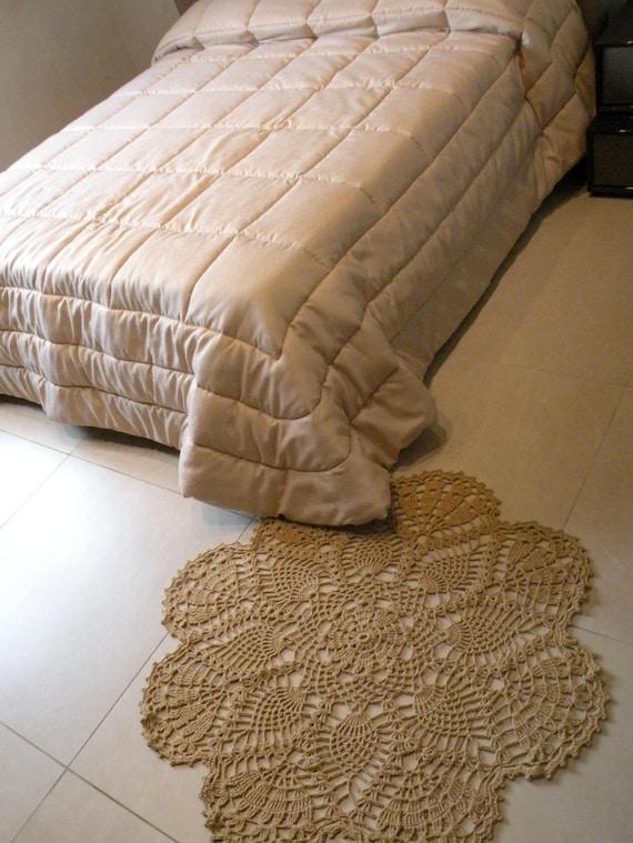 Tappeto all\'uncinetto in lino e cotone color corda.