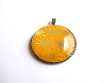 Round pendant pattern asanoha golden yellow background with Japanese (washi paper + glass cabochon).