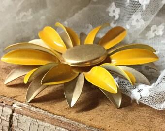 Sonnige große Gelb-Gold-Ton Blumenbrosche unsigniert 1960 der 1970er Jahre Daisy Aster Stil Blumenmuster mehrere Blütenblätter glücklich Geschenk für sie