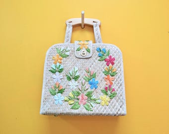 Sixties Woven Straw Beach Bag (A cute retro floral vintage oversize handbag measuring 15 inches by 13 inches.)